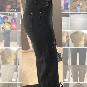 Säljer dessa blå/gråa slitna jeans, det är en rak modell i storlek 38. Jag är en 38/40 och passar perfekt
