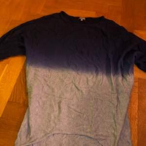 En lång tröja som är lite oversized i storlek large men som funkar för medium. Fade färger. Original pris 500kr. Använd men i riktigt bra skick