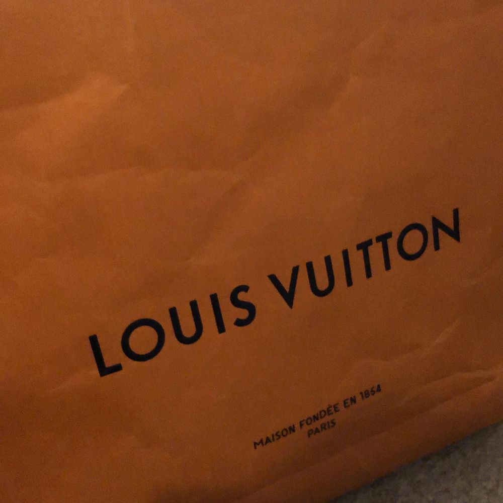 Äkta stor Louis vuitton påse, 40x48 cm. Kan användas som t.ex. inredningsdetalj om man gillar det.. Övrigt.