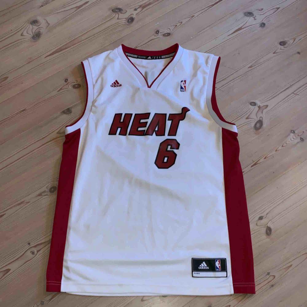 Miami heat - Lebron James linne köpt på footlocker, sparsamt använd. T-shirts.