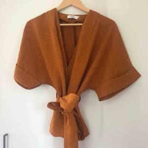 Jättefin kopparfärgad kimonoblus från Stylein. Nypris runt 1000 kr. Nyskick med väldigt hög kvalitet. Storlek M. Fråga om ni har frågor! Köpare står för frakt
