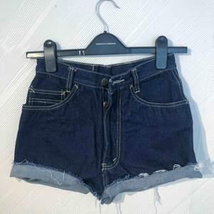 Äkta avklippta vintage Dobber-shorts. Står storlek W28 på, men små i storlek så passar en storlek 25. Frakt på 36kr tillkommer