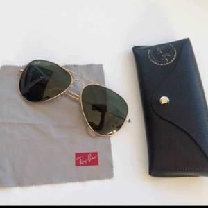 Ray ban solglasögon 🌞 De är i mycket gott skick, inklusive original-fodral och duk. Modellen är den klassiska aviator med guldfärgade bågar och klassiskt grön/svart glas.  Bredd: 13,5 cm Längd: 11,5 cm
