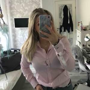Superfin ljusrosa smårutig skjorta från MQs märke STOCKH LM, aldrig andvänd!! Tunnt material och väldigt bra skick☺️☺️