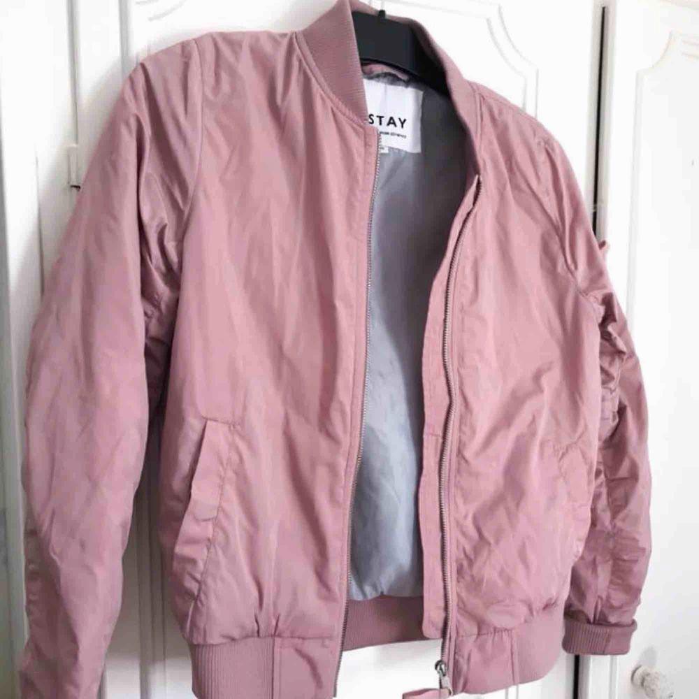 Nya jackor! Chiquella jacka motorjacket med lapp kvar. Nypris 699kr  pris 400kr. Stay Bomberjacka i rosa färg nypris 599 pris 300kr.. Jackor.