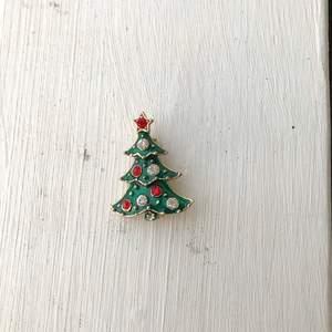 Brosch i form av en julgran som är köpt tidigt 90-tal.