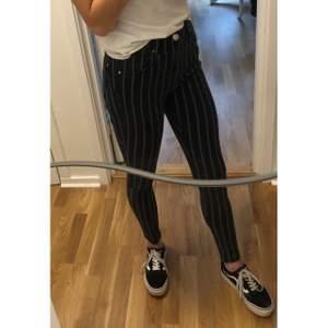 Märke : Bershka  Typ : Jeans  Storlek : 36  Färg : Svart/grå  Kroppstyp : Kvinna  Skick: begagnade, bra skick