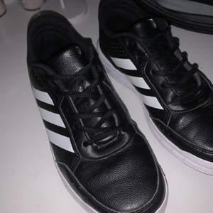 Märkes skor som mestadels har använts som innerskor, fåtal gånger använt som uteskor. Skriv gärna för mer info eller bilder:) Betalas med swish!
