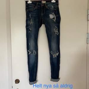 Helt nya jeans så aldrig använda i storlek 34, ifrpn Gina Tricot