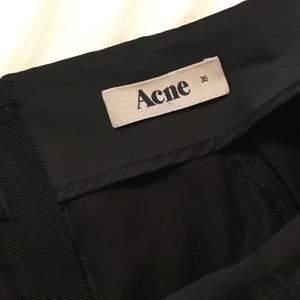 Säljer en snygg pennkjol från acne! Hör av er för fler bilder! Säljer billigt pga rensar kläder!