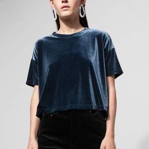 Blå sammets t-shirt från Weekday. Aldrig använd så i mycket bra skick💙 den är i xs men skulle säga att den passar en S och en M även!