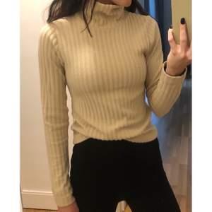 Märke: Gina Tricot  Typ: Polotröja  Storlek: xs  Material: 96% polyester 4% elastan  Färg: Beige  Kroppstyp: Kvinna