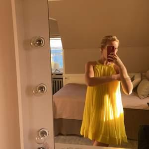 Somrig klänning som är oanvänd och prislappen är kvar. BUDA! ❤️