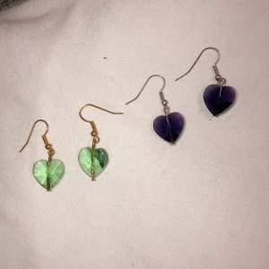 Söta hjärtörhängen i glas. Priset gäller för ett par, vill man köpa båda kostar dom 100 kr tillsammans.
