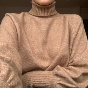 Mysig brun, stickad polotröja från Chiquelle. Var tidigare en klänning som jag har klippt av. Fint skick! Passar XS-M. +66kr frakt