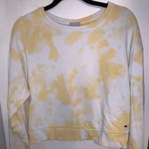 En sweatshirt i storlek XS men är mer som en S i storleken. Endast använd 1  gång då det inte riktigt var min stil.