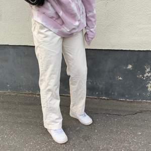 Skit balla kostym byxor i en snygg beige färg. Köpt second hand men sedan insydd av mig (se sista bilden). Jag är 163cm lång och byxorna passar perfekt på mig, finns ingen storlek men skulle gissa på storlek 36. BUDA nedan😋 Bud just nu: 120kr