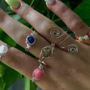 Beskrivning i andra bilden 💕kan göra dem i alla möjliga storlekar💕 Ringarna är silverpläterade