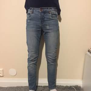 Snygga blå jeans med lätta slitningar