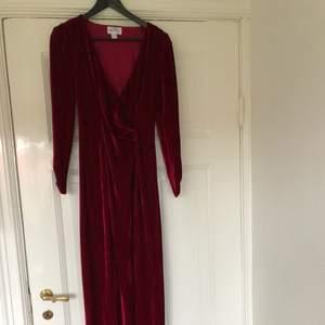 Storlek S. Från Nly Eve. Golvlång modell med slits och generös urringning. Den perfekta festklänningen! Endast använd två gånger så den är som ny. 94% polyester 6% elastan.
