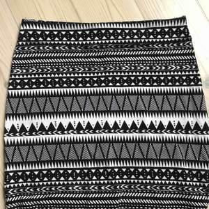 Snygg partkjol med mönster. Tubkjol i bomull som sitter stretchigt och snyggt! Perfekt till festen!🎉