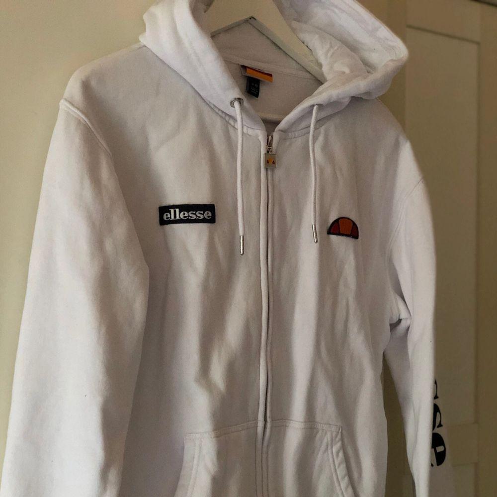 Vit äkta ellesse zip hoodie i storlek S , använd några få gånger , köpt för 899kr. Köpare står för frakt :). Huvtröjor & Träningströjor.