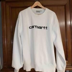 Vit Carhartt sweatshirt i nyskick. Köpt i deras Berlinbutik förra sommaren men knappt använd.