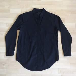 svart oversize skjorta från monki🐒 ficka på vänster sida
