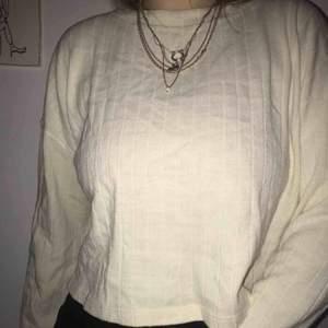 En stickad lite oversized tröja i off-white från Zara. Lite kortare modell💜 Frakt: 90kr
