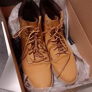 Timberland 👈💯äkta...  Säljer mina skor, nytt skick, köpte jag i en butik scorett. Storlek 38 (7)  använda 2-3gånger (nya price 1300kr) frakt 80kr