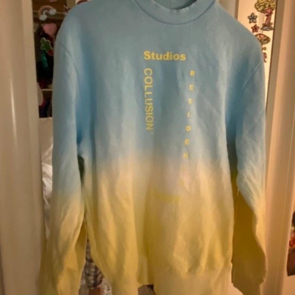 Sweatshirt ljus blå och gul använd endast en gång! Tröjan är i unisex xxs men för mig som brukar ha S är den väldigt oversized☺️. Tröjor & Koftor.