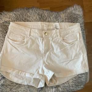 Vita shorts från HM i storlek 38, knappt använda