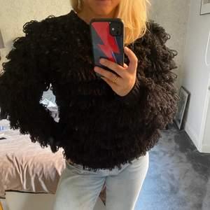 Snygg svart tröja med detaljer