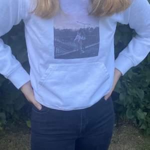 En jätte fin hoodie med tryck, använd att fåtalgånger, orgibalpris runt 250kr