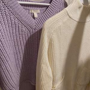 Hej! Nu säljer jag mina två fina stickade tröjor i väldigt fint skick. Kommer tyvärr inte till användning då jag har för många liknande tröjor och behöver rensa. 🥰 Lila tröjan: 80kr i XS från H&M köpt för 199kr  Vita tröjan: 100kr i XS Köpt från Monki för 399kr  Vid intresse så hör gärna av dig eller om du har frågor eller vill ha fler bilder. Kan mötas upp i Centrala Göteborg eller frakta den som du kommer stå för 💖✨ ❌UPD! Lila tröja såld❌ Endast vit kvar