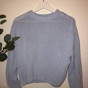 Baby blå stickad tröja i sammet material✨ Den är använd ca 2 ggr eftersom den inte va min stil💙 Perfekr nu till hösten💎