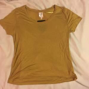 Oanvänd senapsgul T-shirt från monki