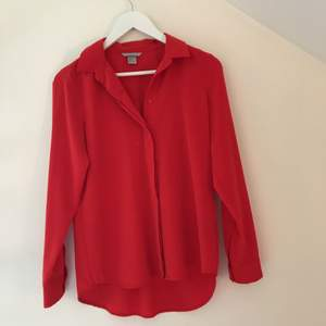 Röd skjortblus ifrån hm. Använd ett fåtal gånger. Kan mötas upp i Stockholm annars tillkommer frakt