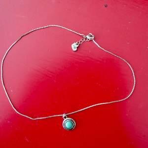 Choker-halsband från Brandy Melville med turkost smycke. Fint skick. Frakt: 9 kr 🌵