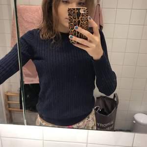 Liten i storleken, sitter tajt och mera som en small! En mörkblå kabelstickad tröja köpt på gona tricot för några år sedan!