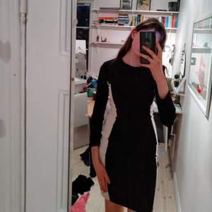 Jättefin klänning som ger en värsta illusionen! Från MANGO och är bara använd typ en gång. Är så bekväm och sitter jättebra i midjan! Säljer eftersom den inte kommer till användning:)