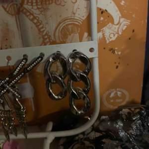 Kedje-öronhängen köpta på weekday. Tror jag betalade ungefär 129-149 kr för de. Knappt användna