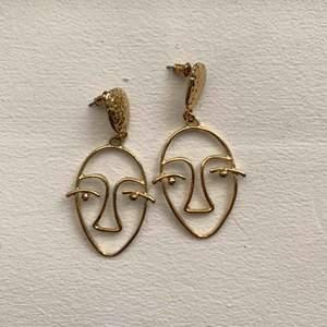 Guldiga örhängen