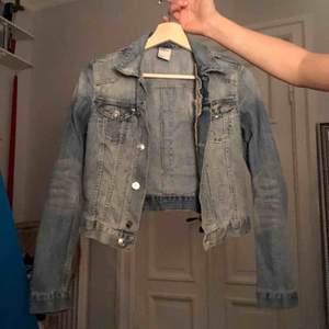 Superfin jeansjacka från 2000 i nyskick. Figurnära och croppad. Köparen står för frakt:)
