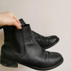 Enkla men snyggt blanka svarta stövletter från Monki i storlek 38. Säljes pga för små, bra skick. Ganska små i storlek.