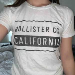 Fin T-shirt från Hollister, används aldrig så i fint skick! Köpt på Hollister i London💕