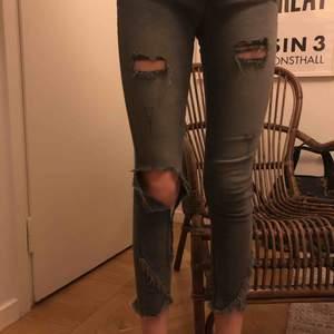 Supersnygga jeans ifrån Zara barn! Bra skick. Storlek 13/14 år men passar en XXS/XS. Jag på bilden är 170 cm och dem är för korta för mig. Skriv för fler bilder mm vid intresse. Du står för frakten.