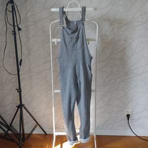 Mjuka hängselbyxor, extremt sköna men tyvärr för små på mig :( storlek xs/s, kan träffas i stockholm eller skicka med posten :) (frakt tillkommer)