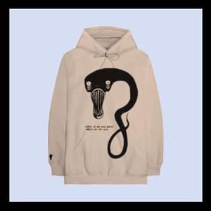 BUDA i DM på en Super skön hoodie i från Billie eilish store. Använd ett fåtal gånger men är i väldigt bra skick. Nypris+frakten till swe: 1025kr skicka om du vill ha fler bilder. Frakt står köparen för ❤️
