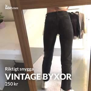 Säljer mina svarta vintage byxor för det har blivit för små. Dem är väldigt använda men dem ser ut att vara nya.💜 #snygga köptes för 489kr